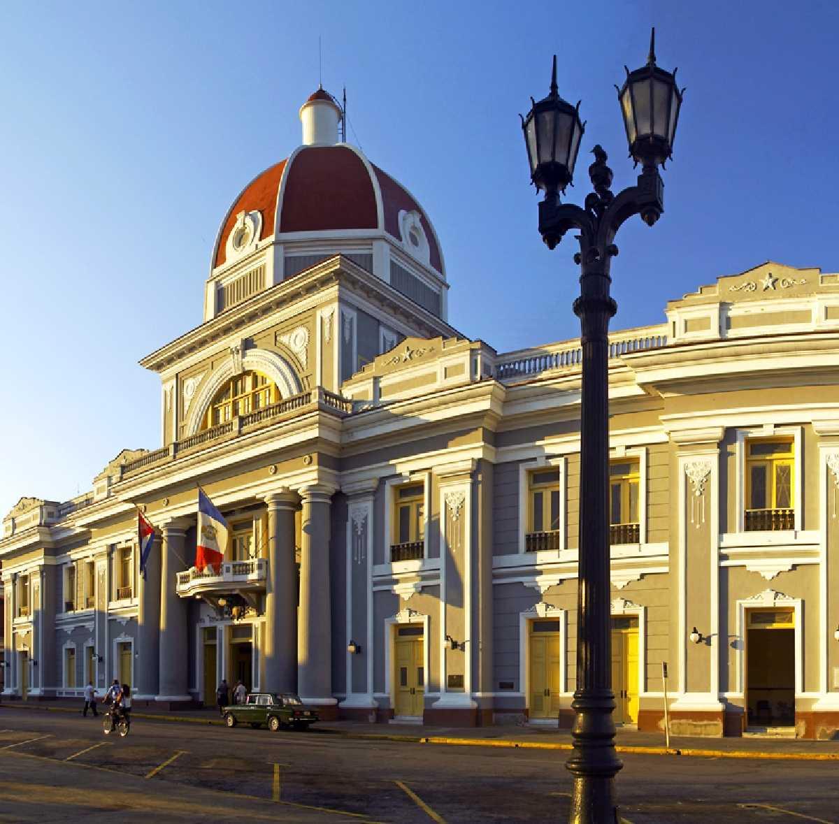 Cúpula del Palacio de Gobierno iluminada por el atardecer