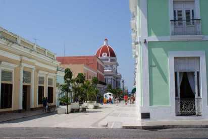 Boulevard de Cienfuegos, a lo lejos el Palacio de Gobierno