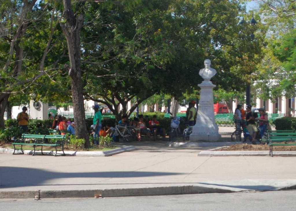 Población conectada a la wifi en el Parque José Martí, en Cienfuegos